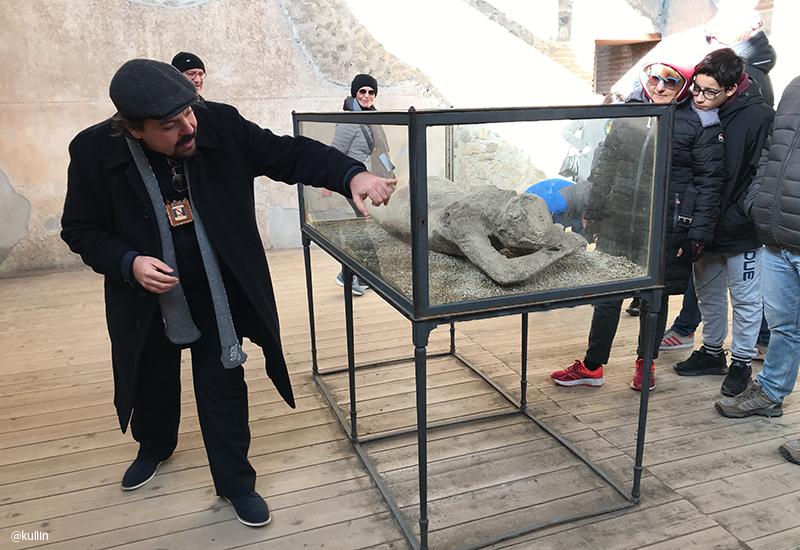 body of dead person in Pompeii